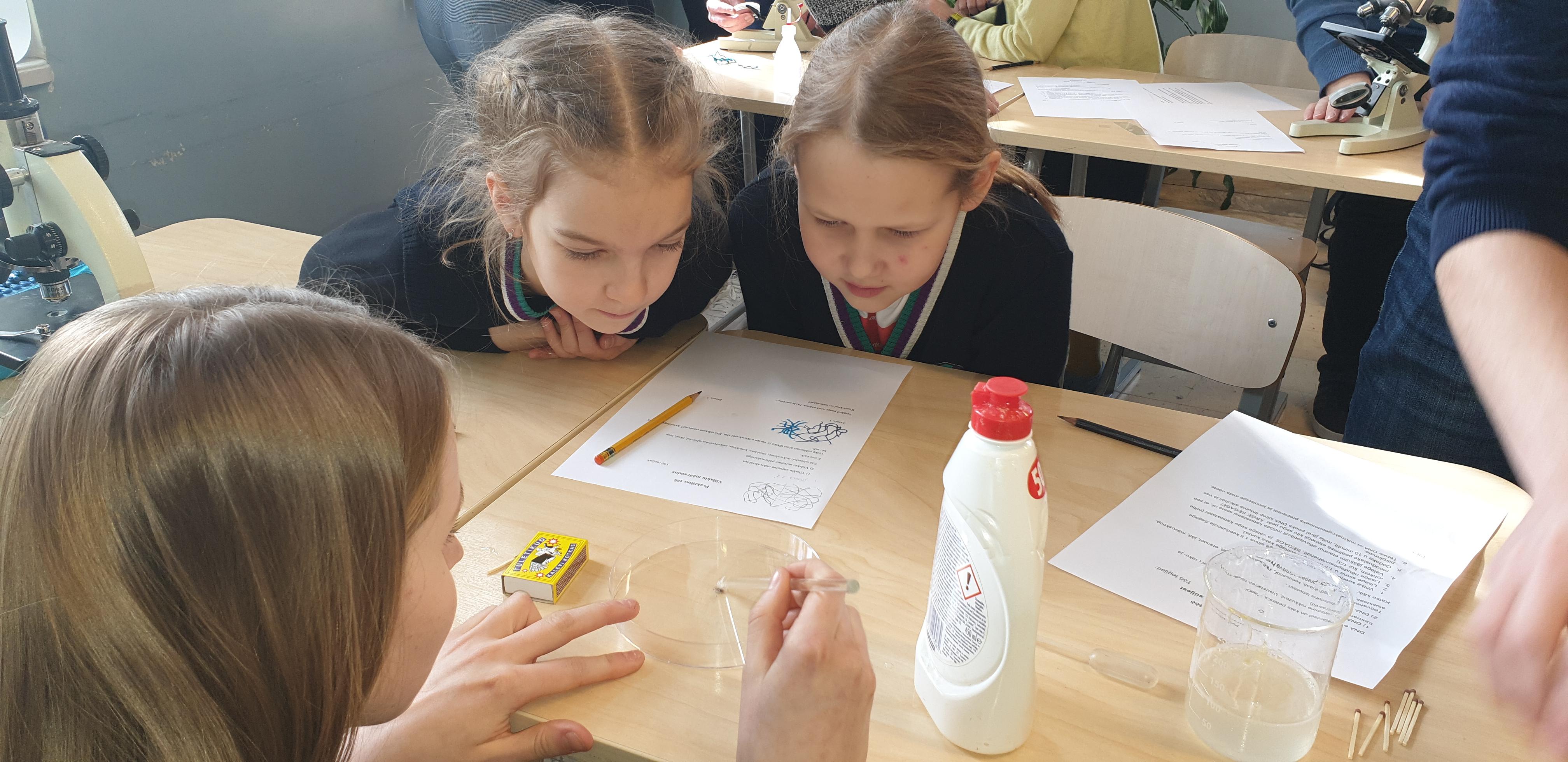 Read more about the article Gümnaasiumi reaalsuuna õpilased õpetasid 3.a klassi