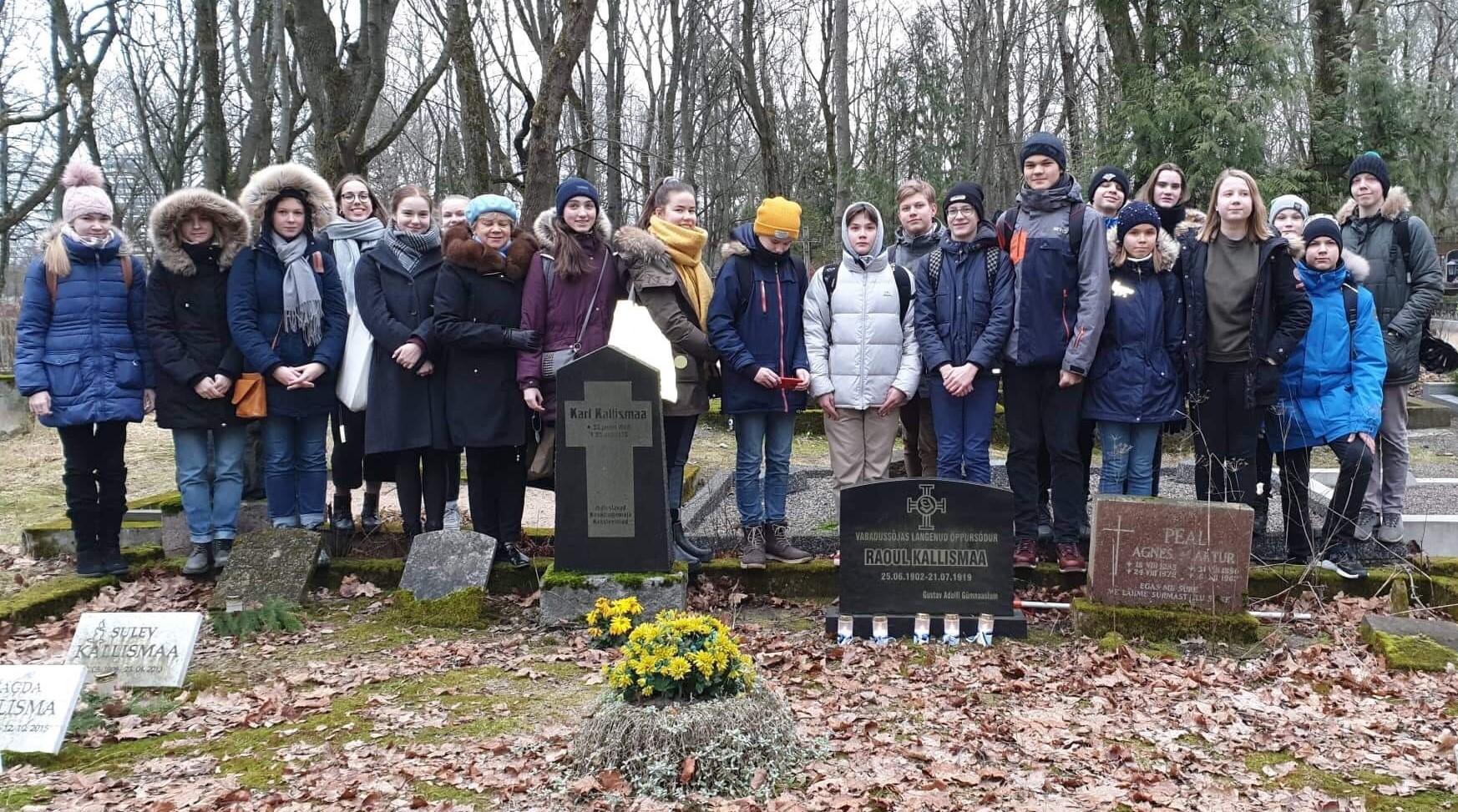 8. klasside õpilased külastasid kalmistutel langenud koolivendade haudu