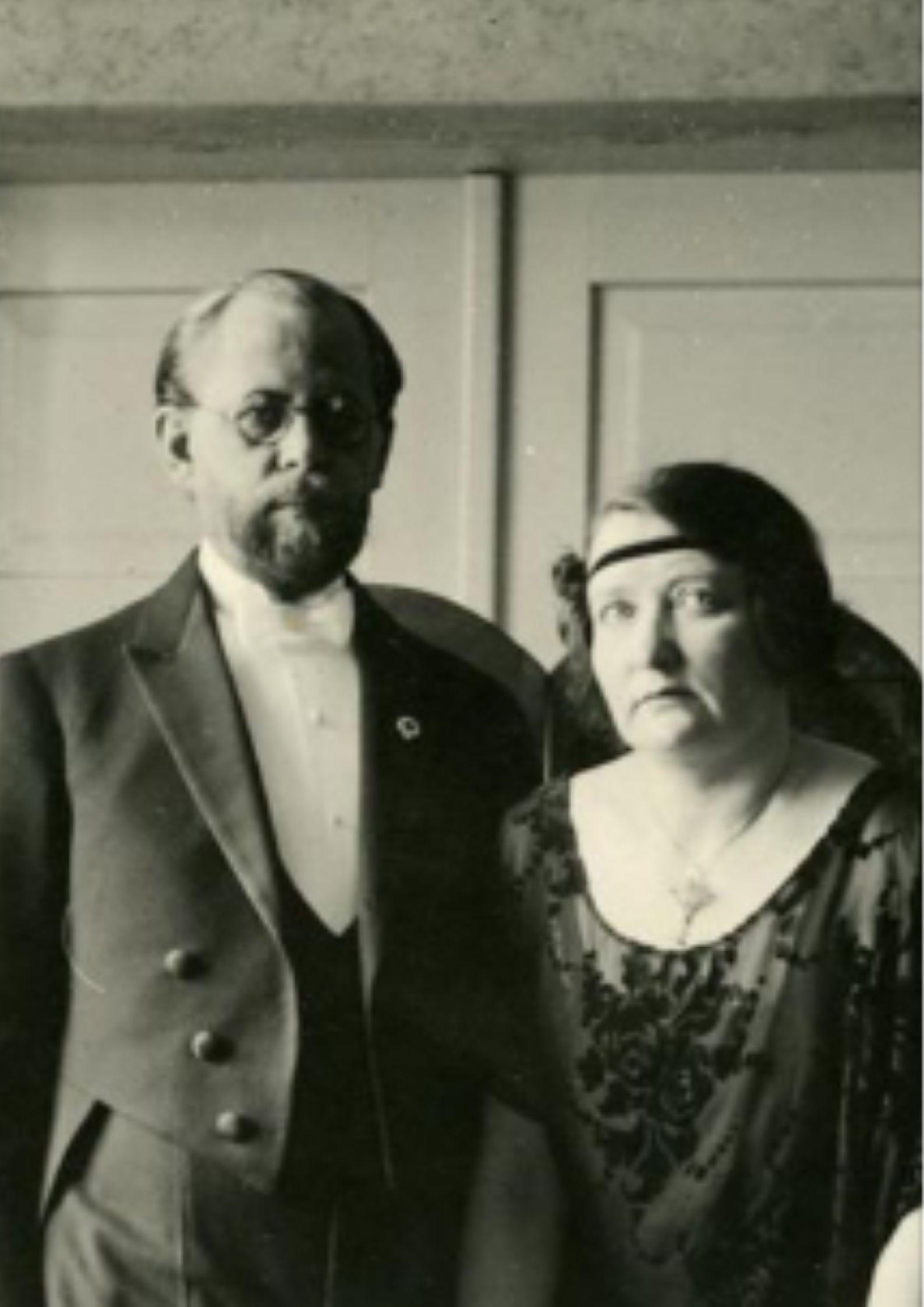 22. mail on sünniaastapäev õpetajal ja kauaaegsel Gustav Adolfi Gümnaasiumi direktoril Aleksis Kuusikul (1886-1956).